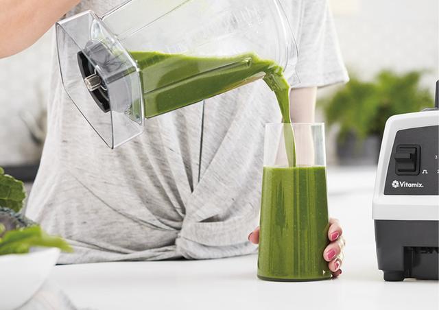 画像: 野菜や果物は、1分でサラサラのスムージーに。種や芯も粉砕するから、栄養が丸ごと摂れる。