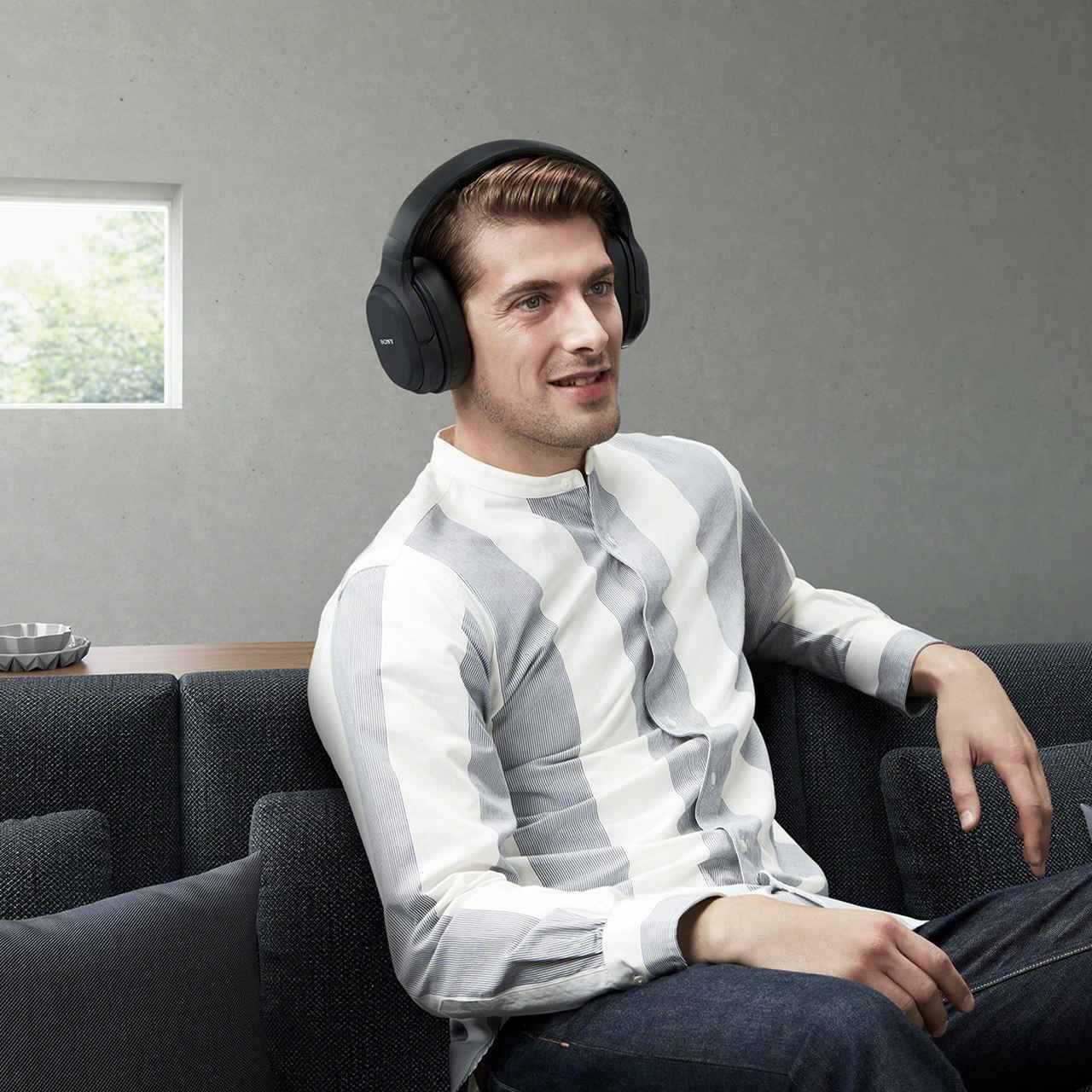 画像: ヘッドフォンはワイヤレスとなっており、ケーブルの長さを気にせずに使えるので快適。 www.amazon.co.jp
