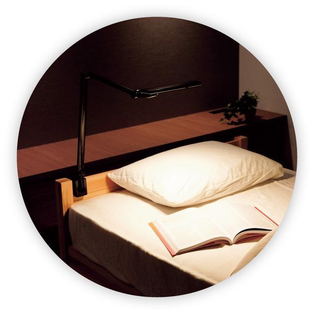 画像: 机だけでなく、ベッドボードなどにも簡単に取り付けられる。