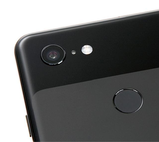 画像: 背面には1220万画素カメラを搭載。画素が1.4マイクロメートルと大きく、一眼レフなどに採用されるデュアルピクセルセンサーを導入している。