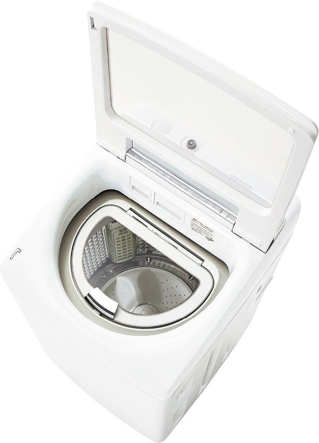 画像: ワイドガラストップを採用しているから、洗濯中の様子を確認することもできる。
