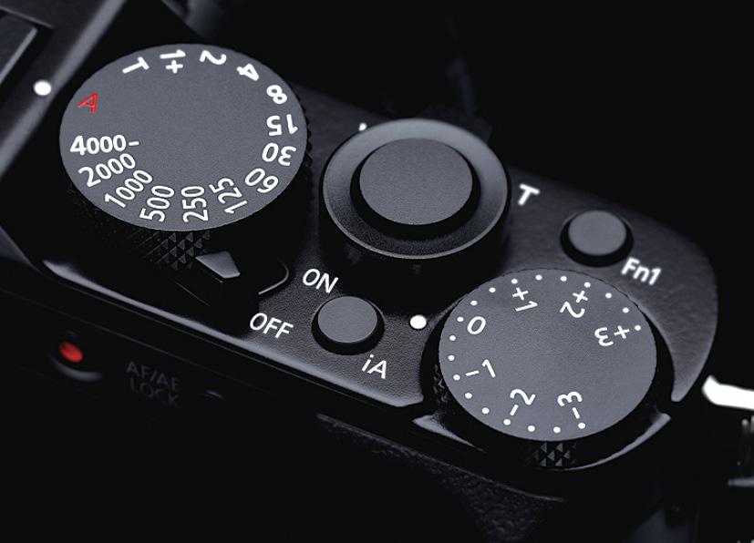画像: 適度なクリック感のあるシャッタースピードダイヤルと露出補正ダイヤル。ダイヤルに隣接する電源スイッチは、やや操作しづらいかも。