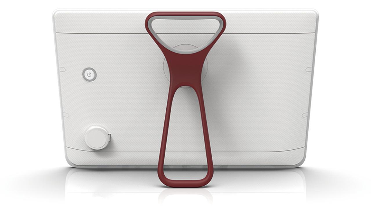 画像: 充電端子部にロック機能付きのふたを備え、浴槽に沈んでも影響を受けない高度な防水仕様を持つ。取っ手付きのスタンドにも感心。