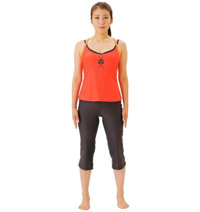 画像: ①背すじを伸ばし、両足を肩幅に開く。