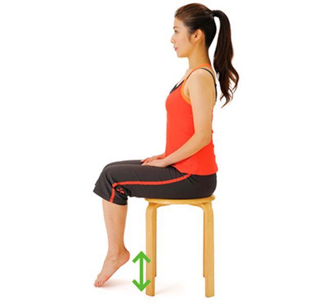 画像: ※かかとを上げたときにバランスがくずれてしまう人は、両手を壁につけるなど、体を支えた状態で行うこと。また、イスに座って行ってもよい。