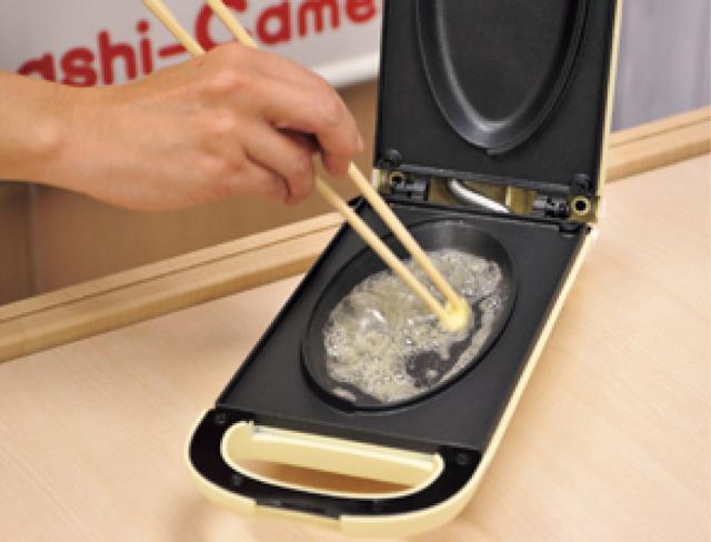 画像: 3分の予熱後、プレートにバターを。下の鉄板だけでOK。