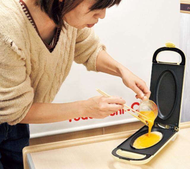 画像: 溶き卵を流し入れたら、ふたをして、あとは時間を測りながら待つだけ。