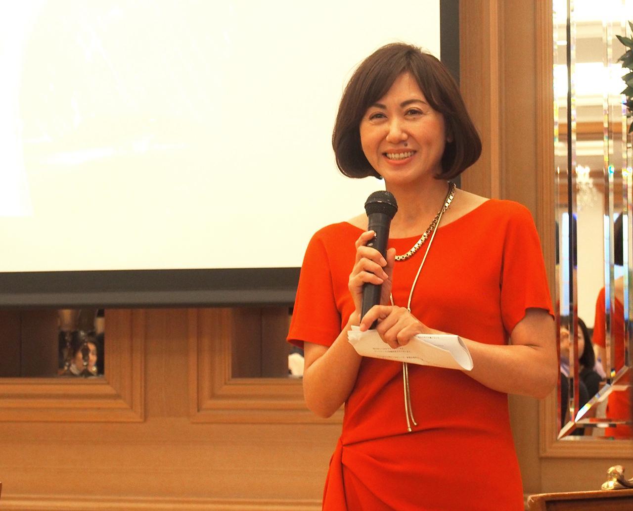 画像: スキンケアコスメブランド「マナラ」を開発・販売する株式会社ランクアップの岩崎裕美子代表取締役社長。スタッフの皆さんと揃えられた「赤」のドレスで華やかな発表会に。