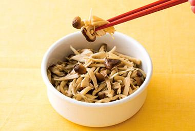 画像: 数種類のキノコで作るのがおいしさのポイント