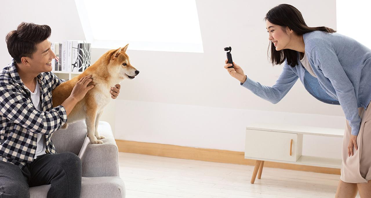 画像: カメラが人の顔やペットなどの被写体を認識し、カメラの向きを自動的に制御し続ける。手ブレ防止機能と相まって、モニターを見ていなくても、きちんとした映像が撮影できる。