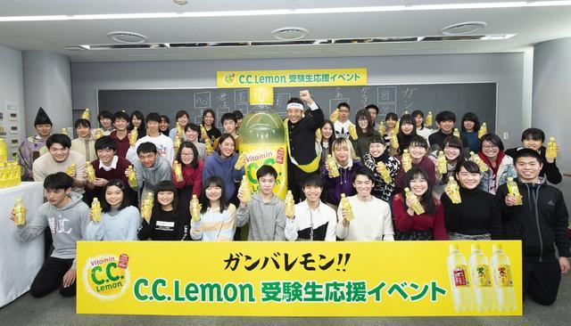 画像: 松岡さんと河合塾に集まった受験生。(画像提供:C.C.レモン)