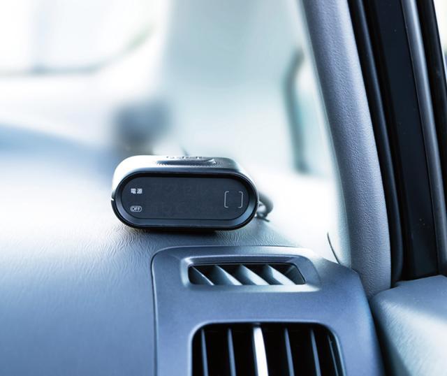 画像: ダッシュボード上の表示機は、ブザー音とアラート表示機能を担う。車内にはコントローラーも取り付けられる。