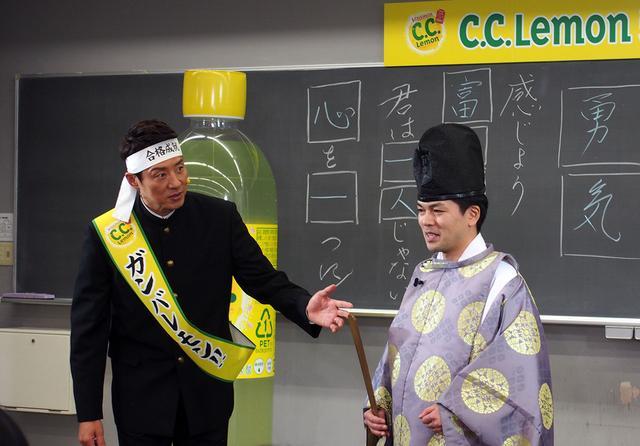 画像2: 松岡さんと受験生が合格祈願