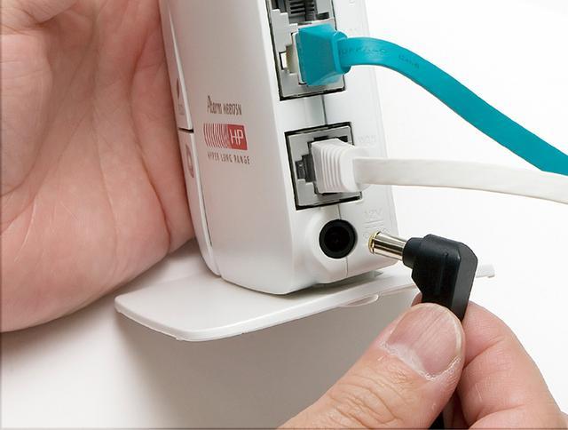 画像: ルーターや終端装置(光モデム)の電源スイッチをオフ→オンするか、電源コードを抜き差しして、再起動させるという手もある。