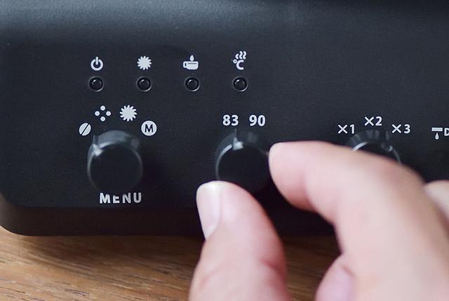 画像: 湯温は田口氏の推奨する83℃のほかに、豆の鮮度や煎り具合によって適した90℃の2段階設定が選べる。