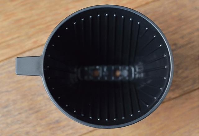 画像: ドリッパーはカフェ・バッハで使われているものと同じタイプ。穴の数や形状、リブの高さまで、メソッドをきっちりと受け継ぐ。