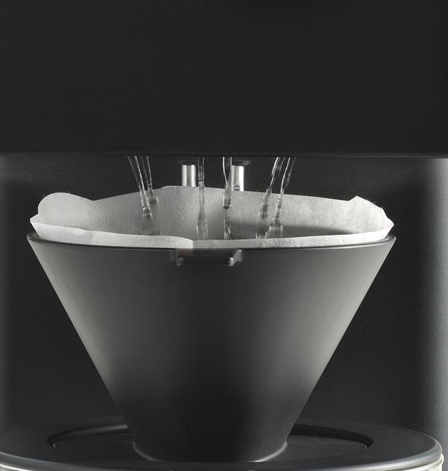 画像: シャワー噴出口とドリッパーの間にあえて2センチのすき間を設けることで、挽かれた豆が落ちる様子やドリップされて膨らむ様子、香りなどを感じられるようにしている。