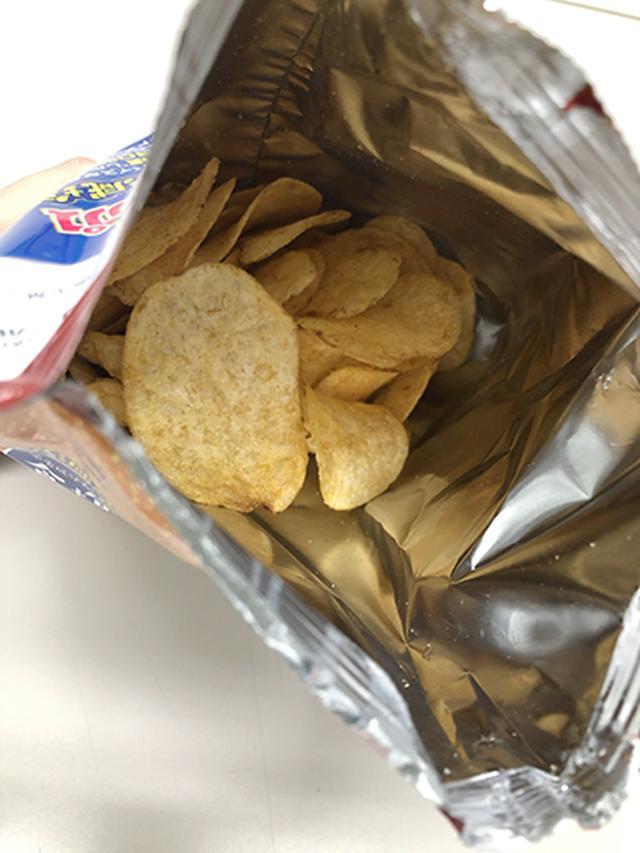 画像1: 【減塩おつまみ】カルビーの減塩ポテチ「スパイス香るコンソメ味」を食べてみた