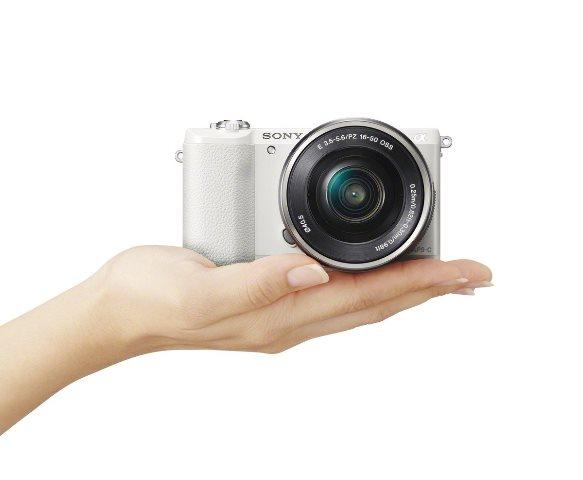 画像: センサーサイズAPS-Cのミラーレスカメラ。センサー有効画素数:約2430万画素。180度チルト可動式液晶モニターを搭載。だから、画面を見ながら思い通りの構図で自分撮影が可能。