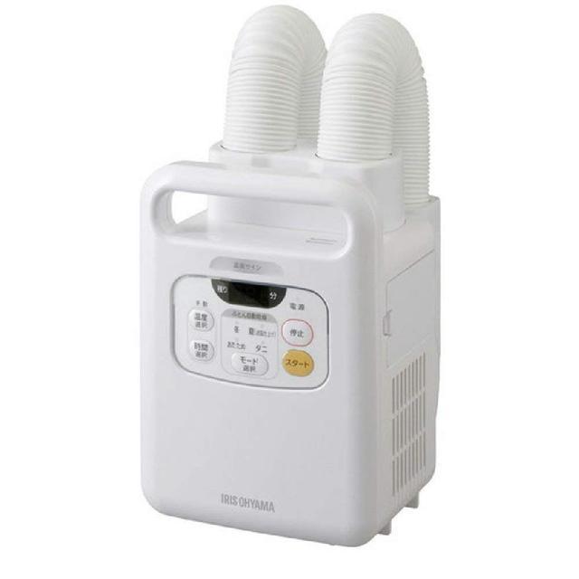画像: 大ヒットを記録した「アイリスオーヤマ 布団乾燥機 カラリエ 温風機能付 マット不要 ツインノズル」FK-W1。コンパクトで軽量。二つのノズルで布団を同時に二つ温められる。 www.amazon.co.jp
