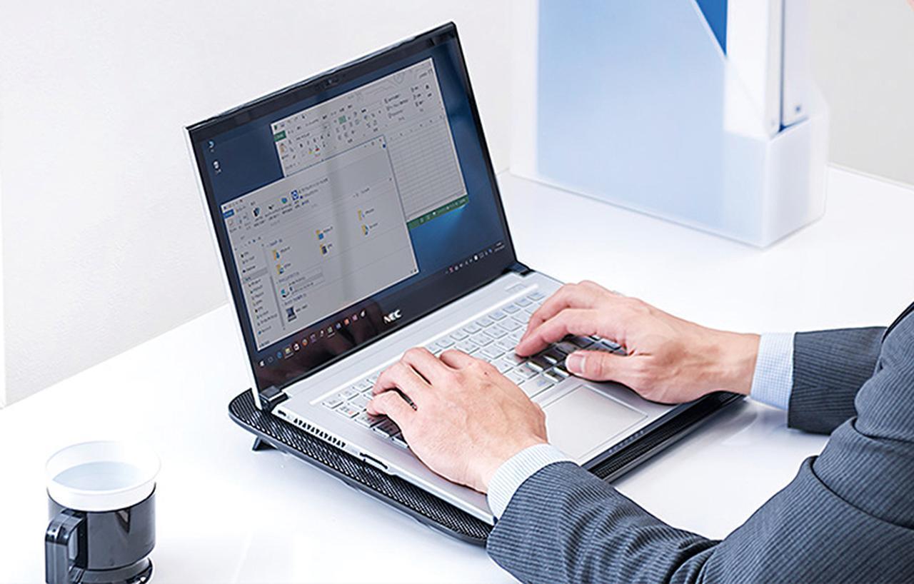 画像: ファン付きの冷却台の上にパソコンを乗せれば、底面に風を当てて冷却できる。パソコンに適度な高さと角度がつくので、キーボードと手首の角度が適切になり、入力も楽になる。