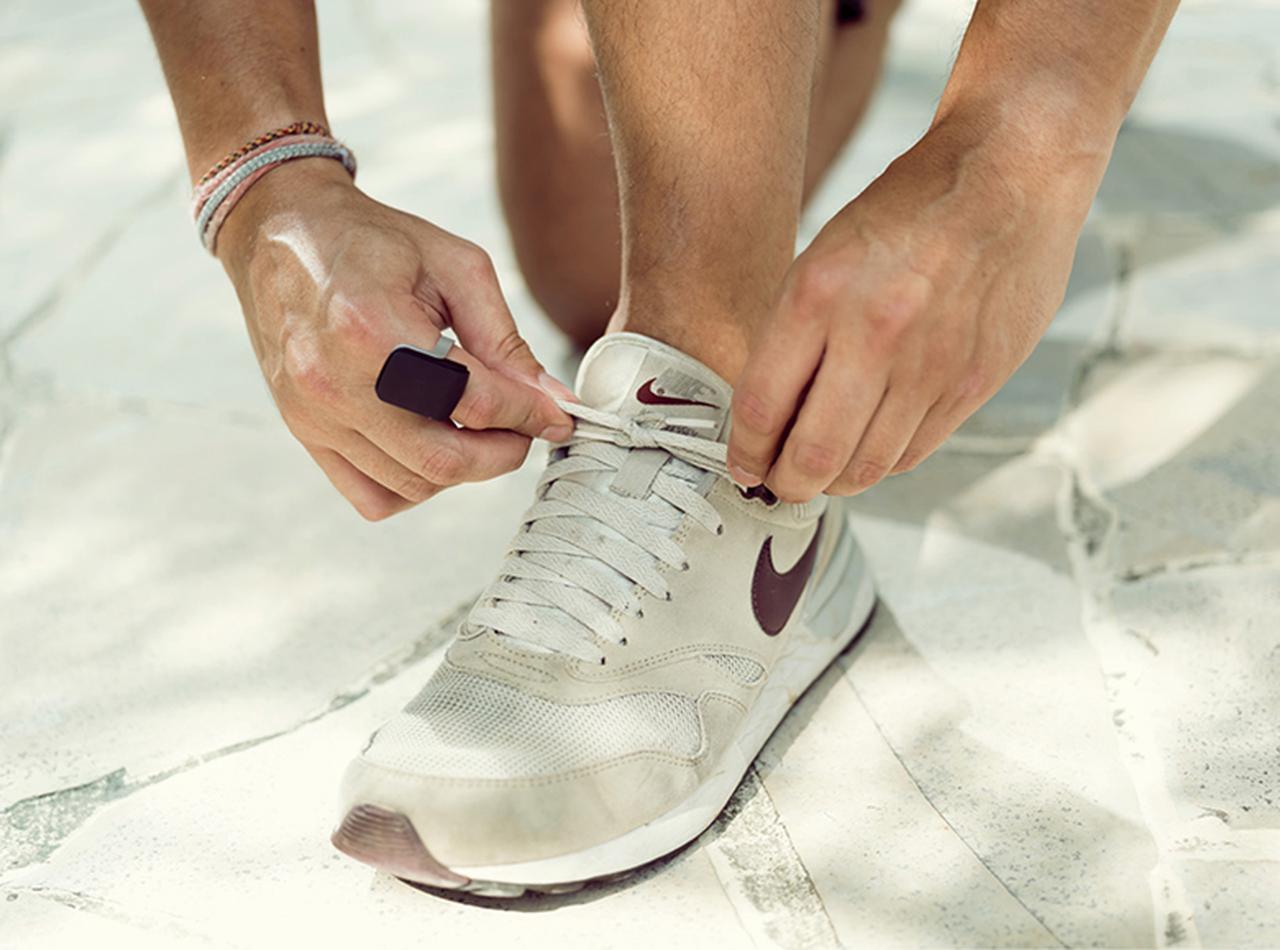 画像: スマホとはブルートゥースでつながるため、スマホはカバンやポーチに入れたままで、運動中などでも通話やメッセージアプリが使える。