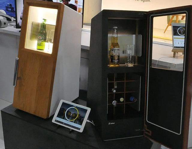 画像: 2019年中にサービス開始予定。 下段は横3列×縦4列で12本のクラフトビールを収納でき、上段には最大2本、もしくはビールとグラスなどを収納して冷やせるようになっている。冷却はペルチェ方式。フロントガラスには、約6ミリの厚さで業界最高クラスの断熱性を実現したパナソニックの真空断熱ガラスを採用。デザイン性と高断熱性を両立した。