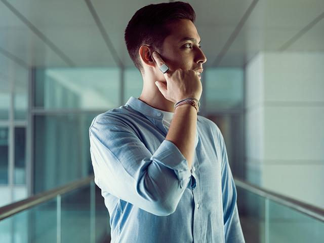 画像: スマホとワイヤレスでつながり、装着した指を耳に当てるだけで、通話やスマホ操作が行える。一般的なスピーカーではなく、骨伝導技術を活用しているため、相手の声が周りに聞こえることはなく、うるさい場所でもクリアな通話が可能。バッテリー駆動時間は、通話が約1.5時間、待ち受けが約48時間。充電時間は1時間。