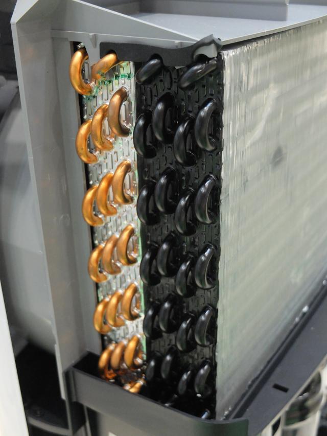 画像: 某大手家電メーカーの除湿器に施されていた、熱交換器のパイプ部分の黒い塗装。
