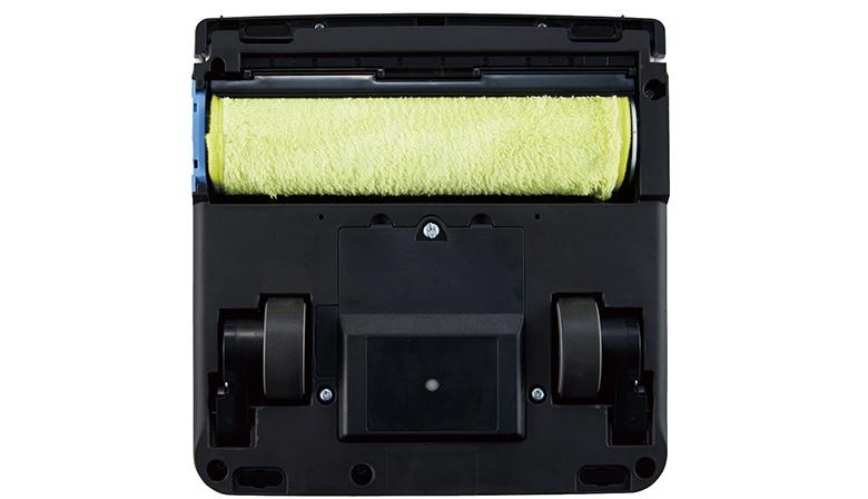 画像: 回転ローラーに水洗い可能な専用のモップを巻きつけて掃除。使い捨ての市販シートを使うこともできる。