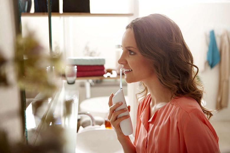 画像: 歯磨きと併用すると、ブラッシングだけのケアに比べ、最大で約5倍の歯垢を除去できる。 www.philips.co.jp