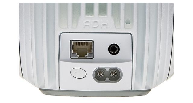 画像: 電源スイッチは背面側。有線LANにも対応する。オーディオ入力はアナログ/光デジタルに両対応し、さまざまな機器がつながる。