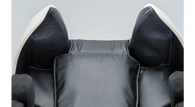 画像: 背もたれ上部に四つのスピーカーを搭載。共鳴管を利用したバックロードホーンタイプで、手持ちのスマホの音源を再生しながら施術を受けられる。