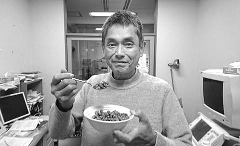 画像: 「食べすぎ」から体を守るために蒸し大豆を食べる内場先生