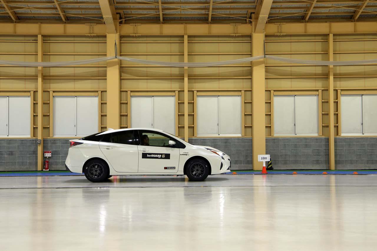 画像: 氷上でのグリップ性能が高い「アイスガード6」でも、吸水剤を3倍にしたタイヤより制動距離は長くなった