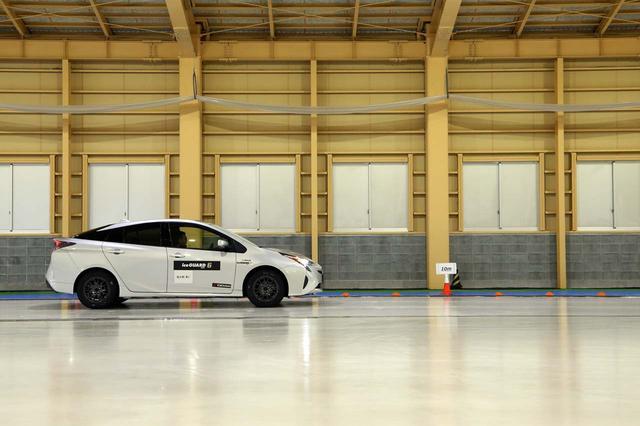 画像: 吸水剤を3倍にした特別仕様タイヤは、ノーマルの「アイスガード6」よりも制動距離が約10%短く済んだ