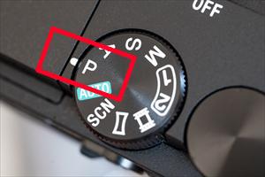 画像: モードダイヤルのP(プログラムオート)ポジション。カメラはソニーα6300。
