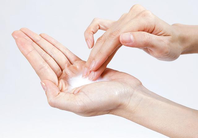 画像: ❷ 炭酸水で洗顔料を溶かし顔を洗う