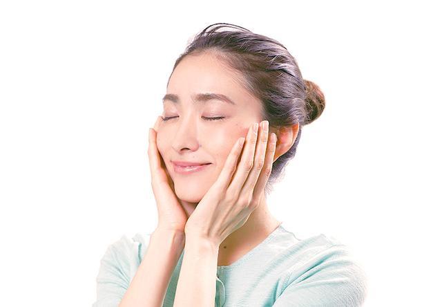 画像: ❸ 洗顔料を洗い流したら保湿する。続けるとツルツル美肌になる