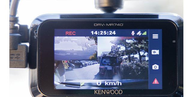 画像: 本体とケーブルで接続し、映像を見ながらリアカメラのアングル調整を行う。2画面ではなく、リアカメラを全面表示にするといい。