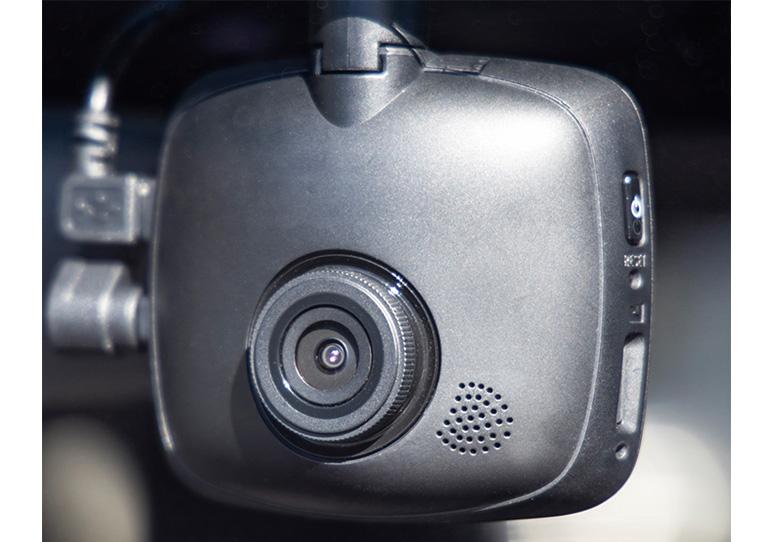 画像: 本体だけなら一般的な取り付けで済むが、組み合わせるリアカメラは電源が別途必要。後付け利用は難易度が高い。