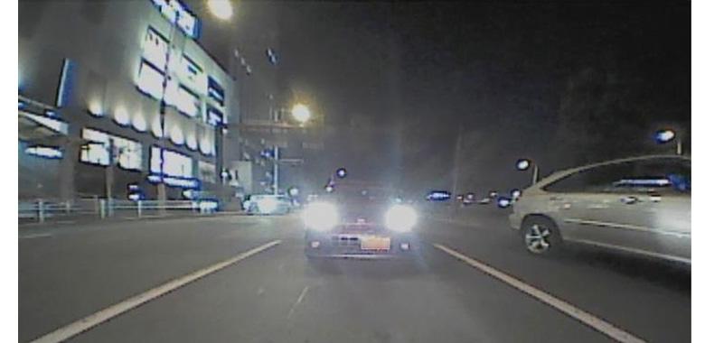 画像: バックライト点灯時はそこそこに映し出すが、オフで街灯がない状態ではノイズだらけとなり、かなりつらい。