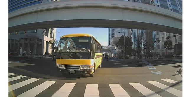 画像: 鮮鋭感のある美しい映像が確保されており、後続車の周囲を含め、ナンバーまでもしっかり判別できる。