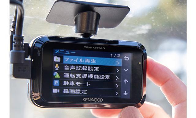 画像: 電源が入ると、画面がモニターに表示されるので、カメラの映像を見て最適な角度に調整する。ボタンを押さないよう気をつけよう。