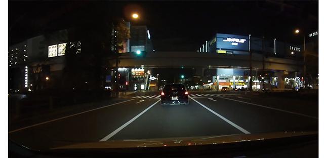 画像: 夜間でも解像度はほとんど落ちず、質感のある映像。イルミネーションの再現性は大画面で見たくなる美しさだ。