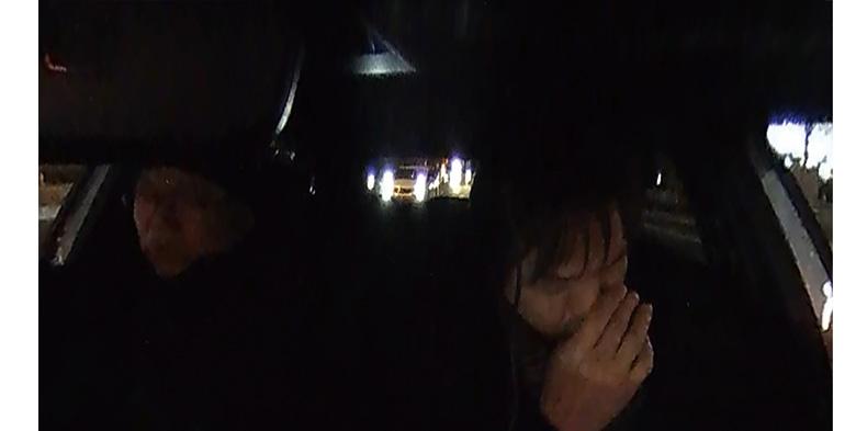 画像: 暗所での後方確認はほぼ不可能で、後続車の様子は、ライトが見えるだけとなる。車内は、暗所でもよく映る。
