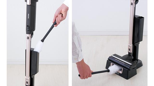 画像: 帯電ケースで静電気を発生させることで、ゴミの吸着率をアップ。汚れたモップをスタンド下部の穴に差し込むと、掃除機本体がホコリを吸引する。