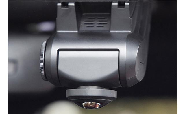 画像: カメラは下向きなので、ルームミラーなどでケラれないように注意。あとはフロントガラス面に取り付けるだけ。