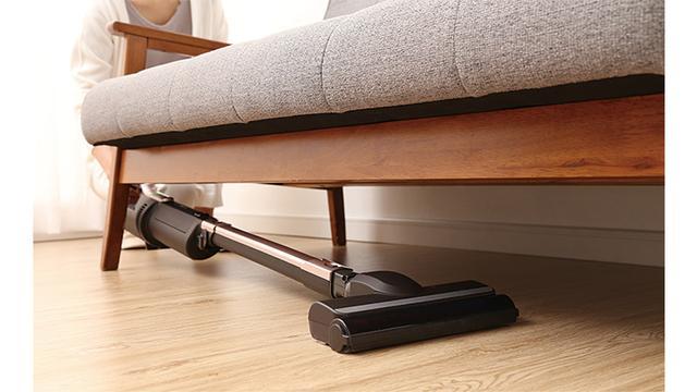 画像: ヘッドがフラットになるため、ベッドやソファー、棚の下など、低い場所の掃除も可能。「ほこり感知センサー」により、見えない場所のゴミも逃さない。