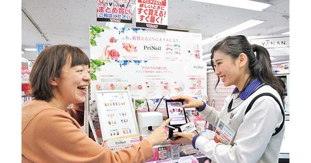画像: 売り場にはタブレットが設置され、自由に体験が可能。小さな子供の爪にもプリントできるので、親子でお試しする姿も。